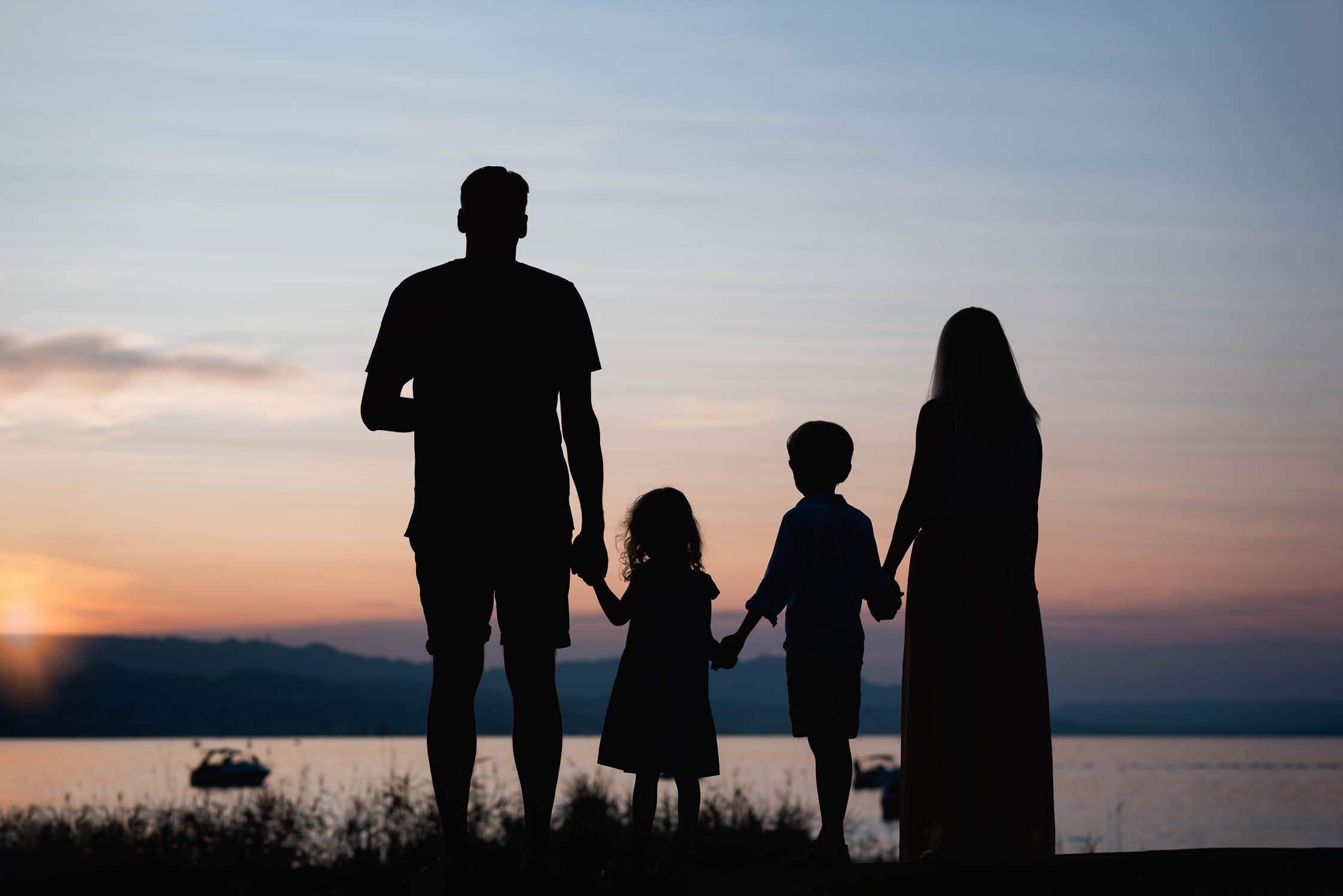 Familienfotos bei Sonnenuntergang auf der Halbinsel Au Zürich