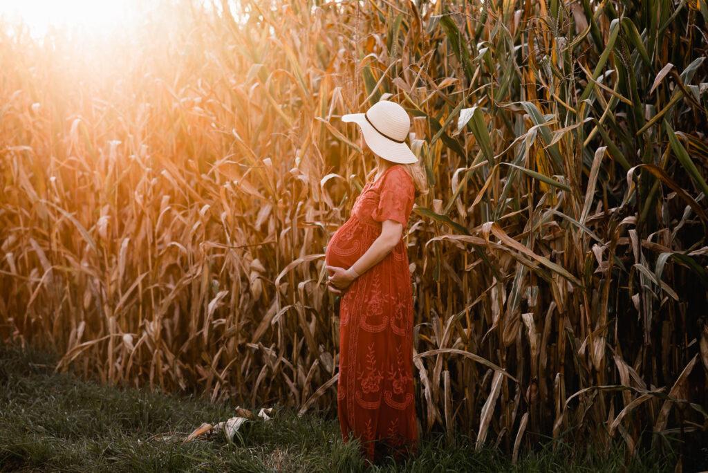 Schwangerschafts-Fotoshooting vor einem Maisfeld ausserhalb von Zürich
