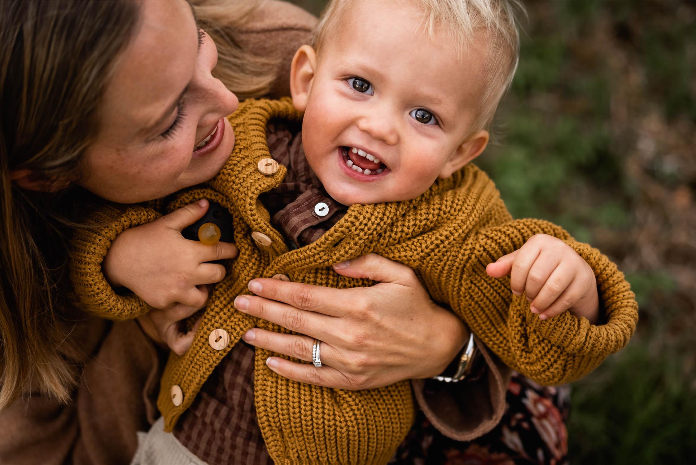 Motherhood Fotoshooting: Familienfotos von Mutter und Kindern in Zürich